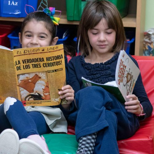 Meninas lendo na International Charter School