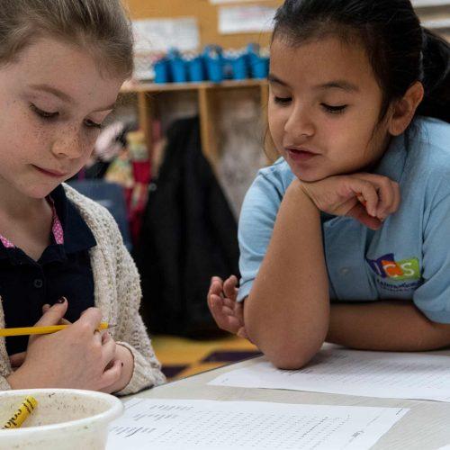 Alunas aprendendo na International Charter School